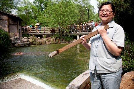 Шанхайский бегемот, следящий за чистотой зубов